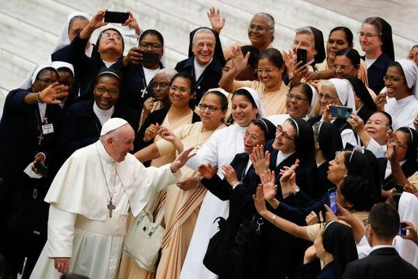 Giáo hoàng Francis vẫy chào mọi người ở Vatican - Sputnik Việt Nam