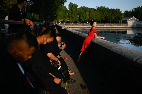 Người phụ nữ tạo dáng chụp ảnh trong Tử Cấm Thành ở Bắc Kinh, Trung Quốc - Sputnik Việt Nam