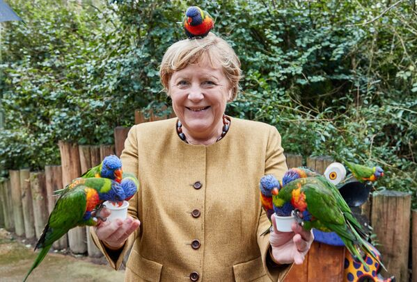 Thủ tướng Đức Angela Merkel trong Vườn chim ở Marlow - Sputnik Việt Nam