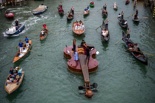 «Cây vĩ cầm của Noah» - con thuyền hình đàn vĩ cầm khổng lồ của điêu khắc gia Venice Livio De Marchi trên kênh đào Grand Canal ở Venice, Ý - Sputnik Việt Nam