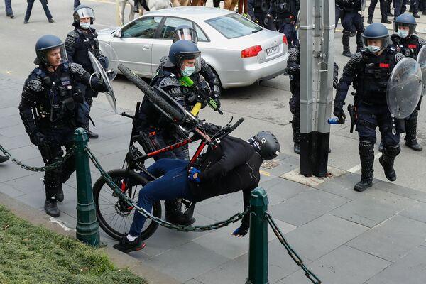 Cảnh sát bắt giữ người biểu tình chống hạn chế vì coronavirus ở Melbourne, Australia  - Sputnik Việt Nam