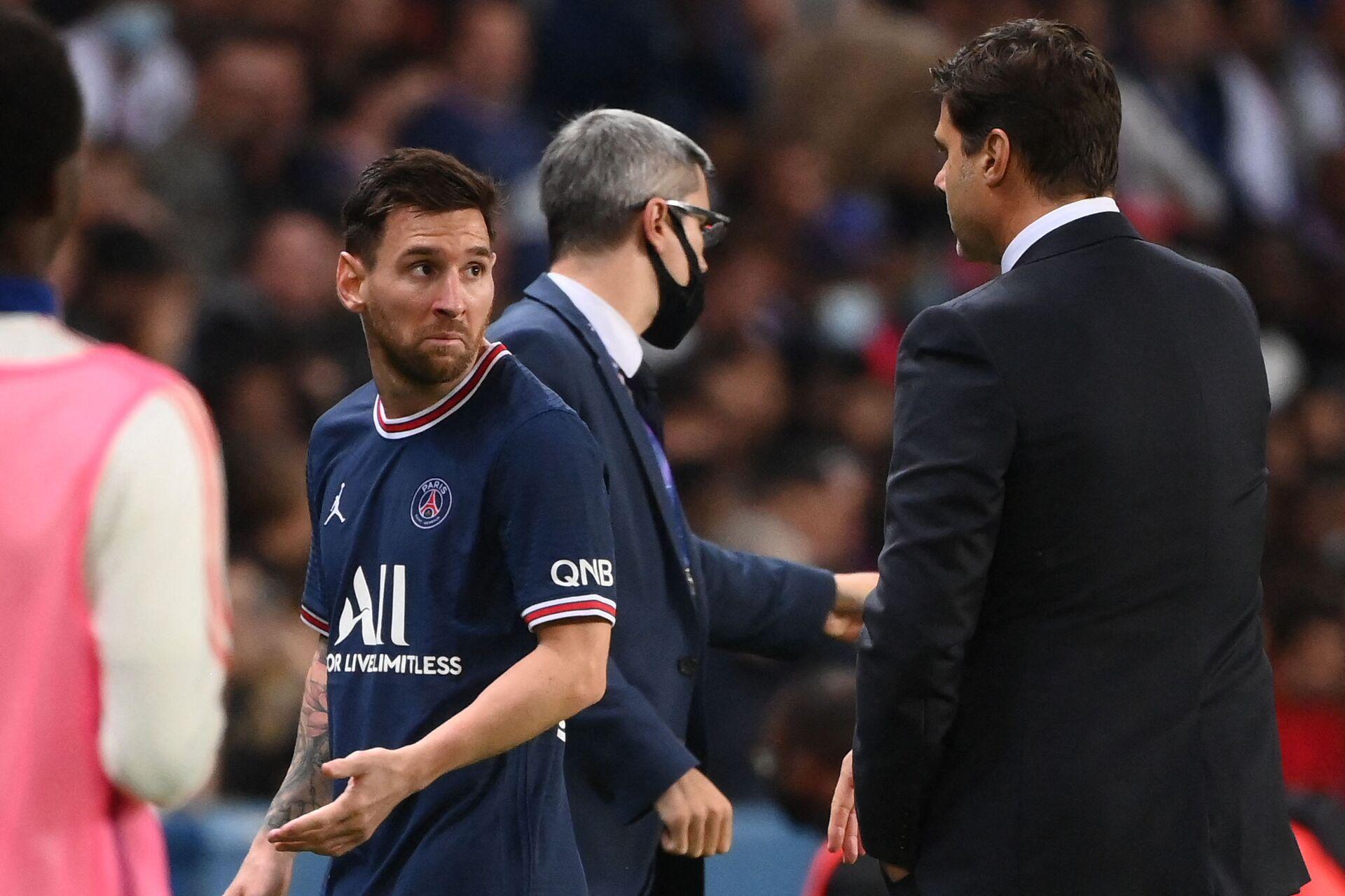 Danh thủ Lionel Messi rời sân cỏ sau khi trao đổi với HLV Mauricio Pochettino của đội PSG trong trận đấu ở Paris - Sputnik Việt Nam, 1920, 05.10.2021