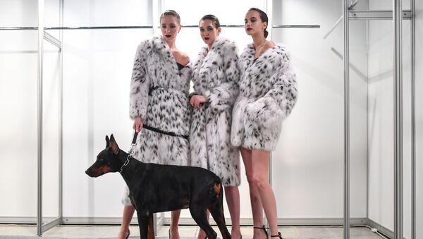 Các người mẫu trước buổi trình diễn bộ sưu tập mới trong khuôn khổ Tuần lễ thời trang Moskva - Sputnik Việt Nam