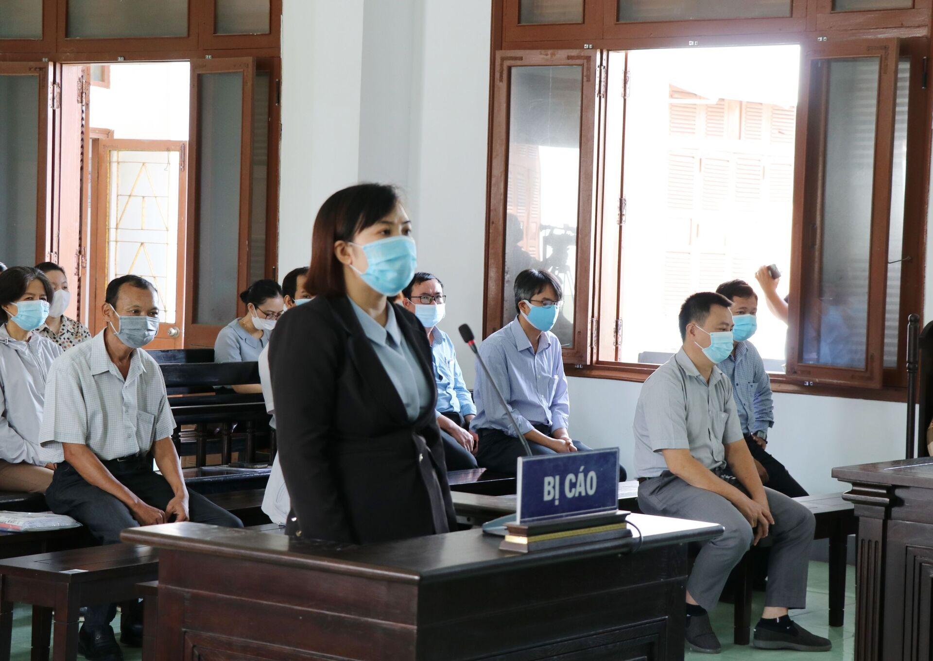 Bị cáo Vũ Thị Thái Hòa, nguyên Chuyên viên phòng Tổ chức-Công chức-Viên chức (Sở Nội vụ) tại phiên tòa - Sputnik Việt Nam, 1920, 05.10.2021