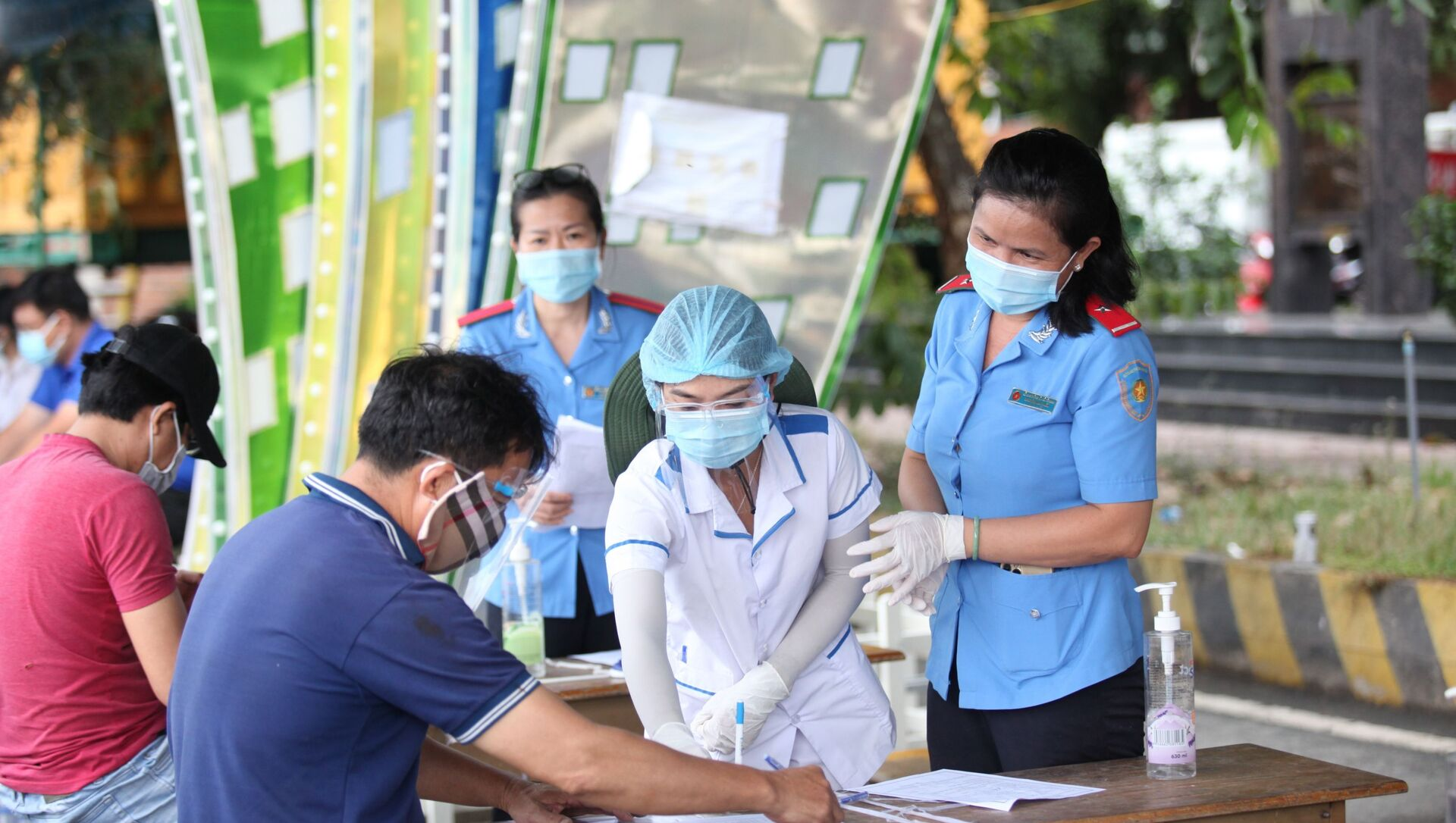 Các tài xế khai báo y tế và các thủ tục cần thiết trước khi vào địa phận tỉnh Tây Ninh - Sputnik Việt Nam, 1920, 25.09.2021