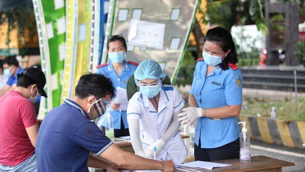 Các tài xế khai báo y tế và các thủ tục cần thiết trước khi vào địa phận tỉnh Tây Ninh - Sputnik Việt Nam