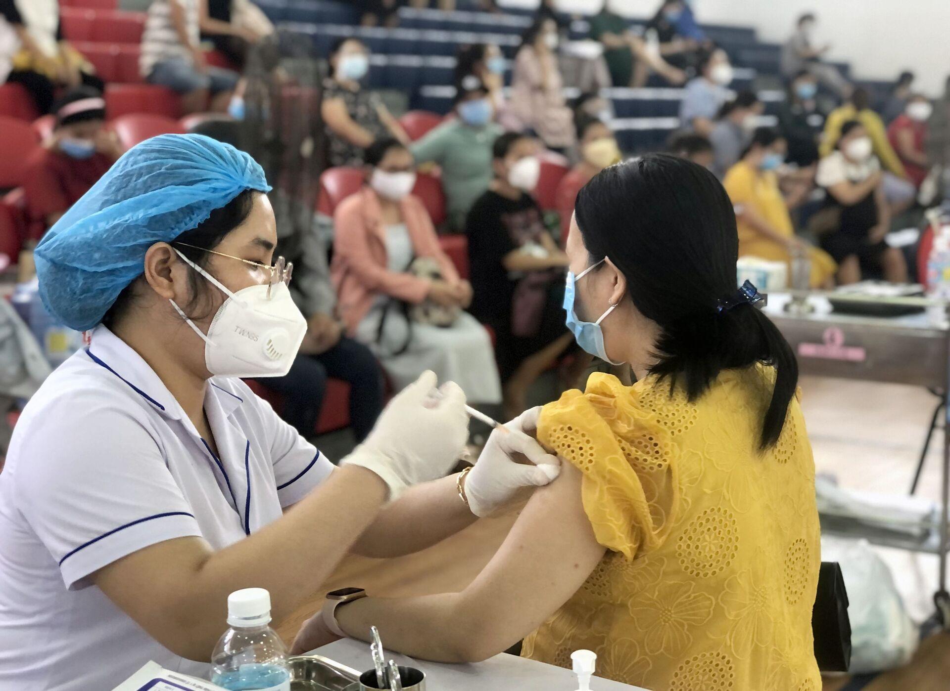 Tiêm vaccine phòng COVID-19 cho phụ nữ mang thai từ 13 tuần trở lên ở thành phố Quy Nhơn - Sputnik Việt Nam, 1920, 05.10.2021