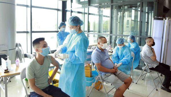 Hoạt động tiêm vaccine phòng COVID -19 tại một điểm tiêm chủng trên địa bàn thành phố Vĩnh Yên - Sputnik Việt Nam