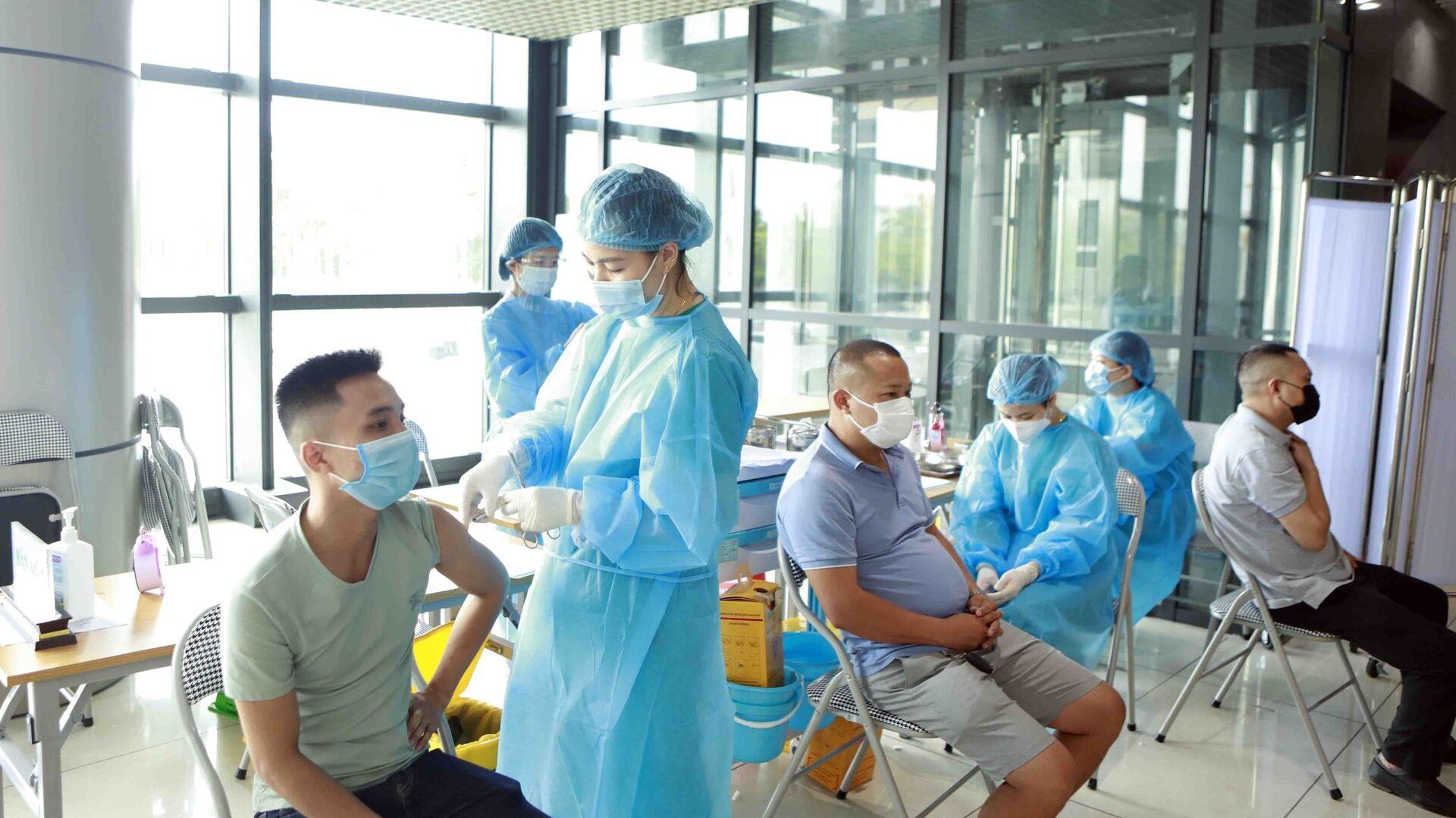 Hoạt động tiêm vaccine phòng COVID -19 tại một điểm tiêm chủng trên địa bàn thành phố Vĩnh Yên - Sputnik Việt Nam, 1920, 25.09.2021