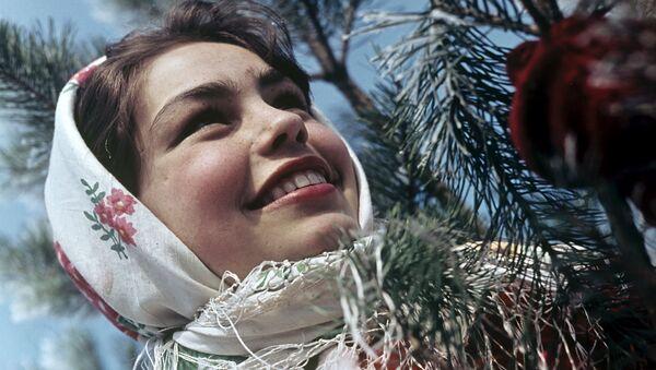 Cô gái Nga trong chiếc khăn trùm đầu - Sputnik Việt Nam