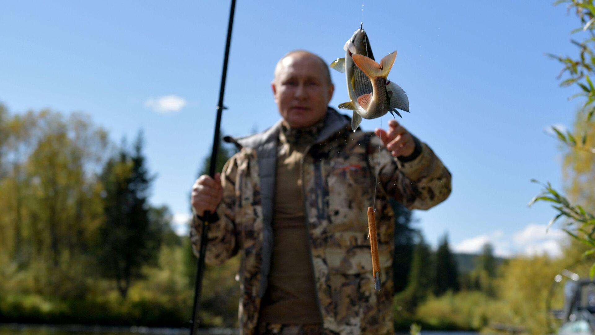 Trong thời gian kỳ nghỉ ở Siberia, Tổng thống Nga Vladimir Putin cùng với Bộ trưởng Quốc phòng Sergei Shoigu đã qua đêm giữa rừng taiga. - Sputnik Việt Nam, 1920, 26.09.2021