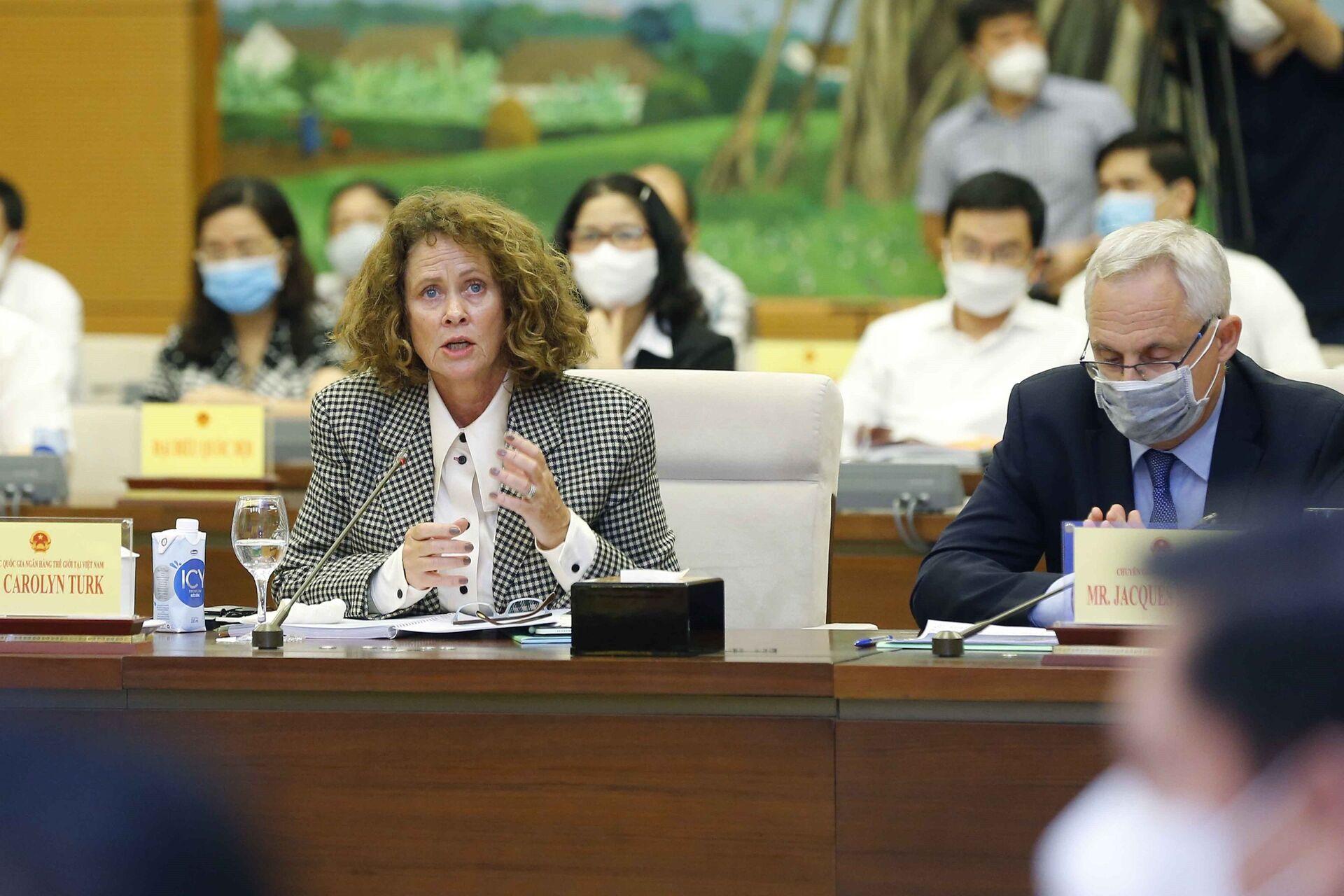 Bà Carolyn Turk, Giám đốc Quốc gia Ngân hàng Thế giới tại Việt Nam phát biểu tham luận. - Sputnik Việt Nam, 1920, 05.10.2021