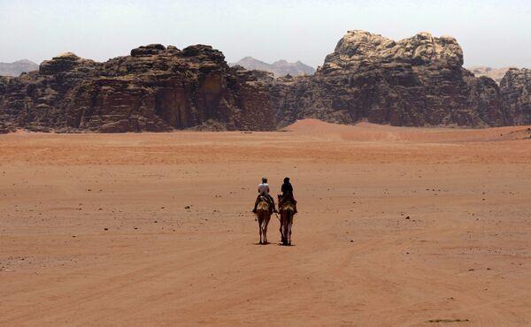Du khách ở sa mạc Wadi Rum, miền nam Jordan - Sputnik Việt Nam