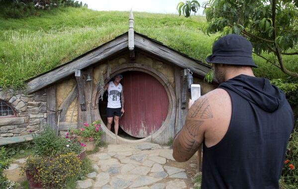 Du khách chụp ảnh kỷ niệm chuyến tham quan nơi dựng phim «The Hobbit», New Zealand - Sputnik Việt Nam