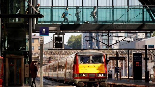 Tàu hoả đang đến gần ga đường sắt King's Cross ở London - Sputnik Việt Nam