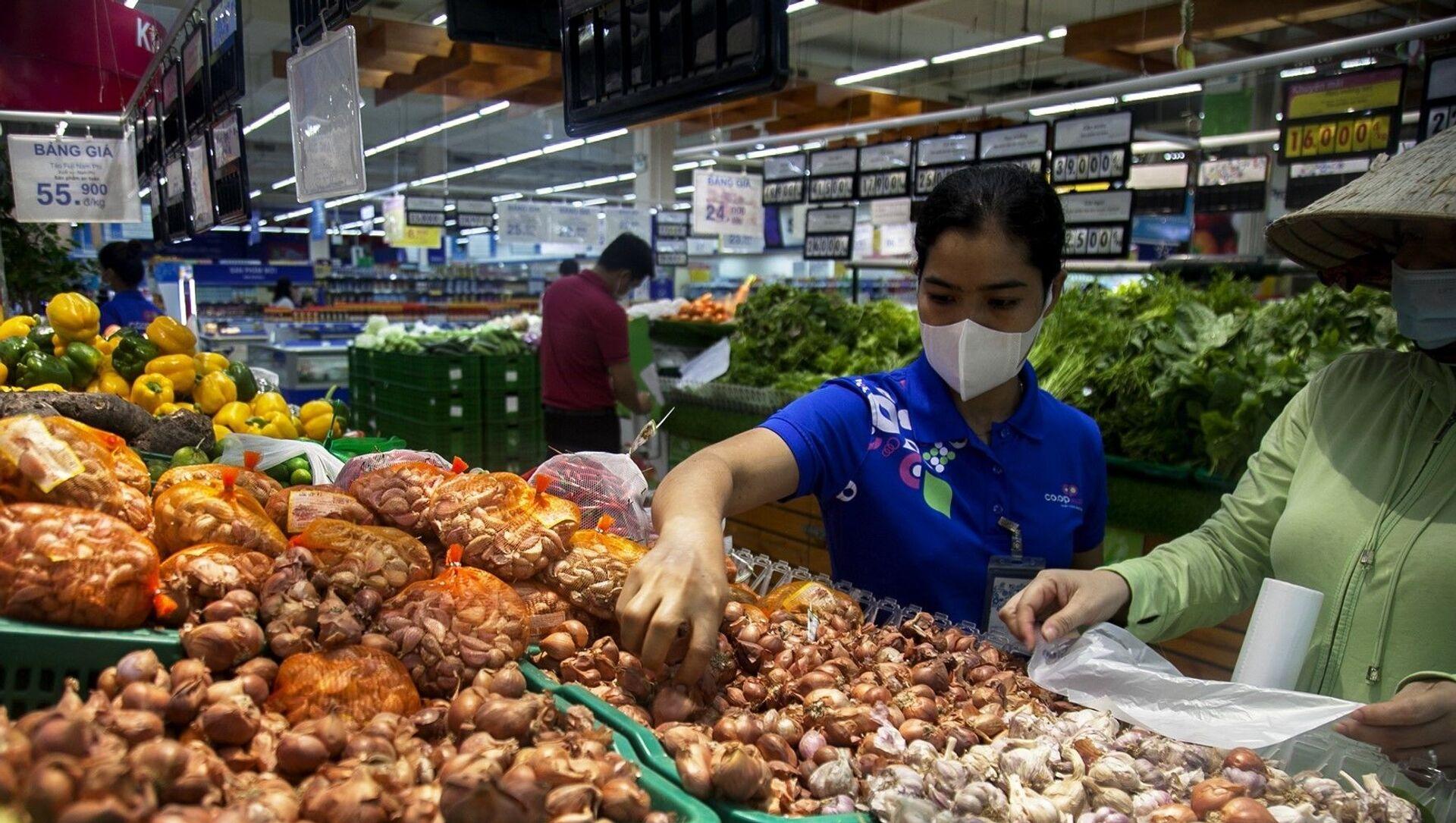 Nhân viên siêu thị Co.op Mart Rạch Giá lựa chọn đồ cho khách đặt hàng trực tuyến. - Sputnik Việt Nam, 1920, 27.09.2021