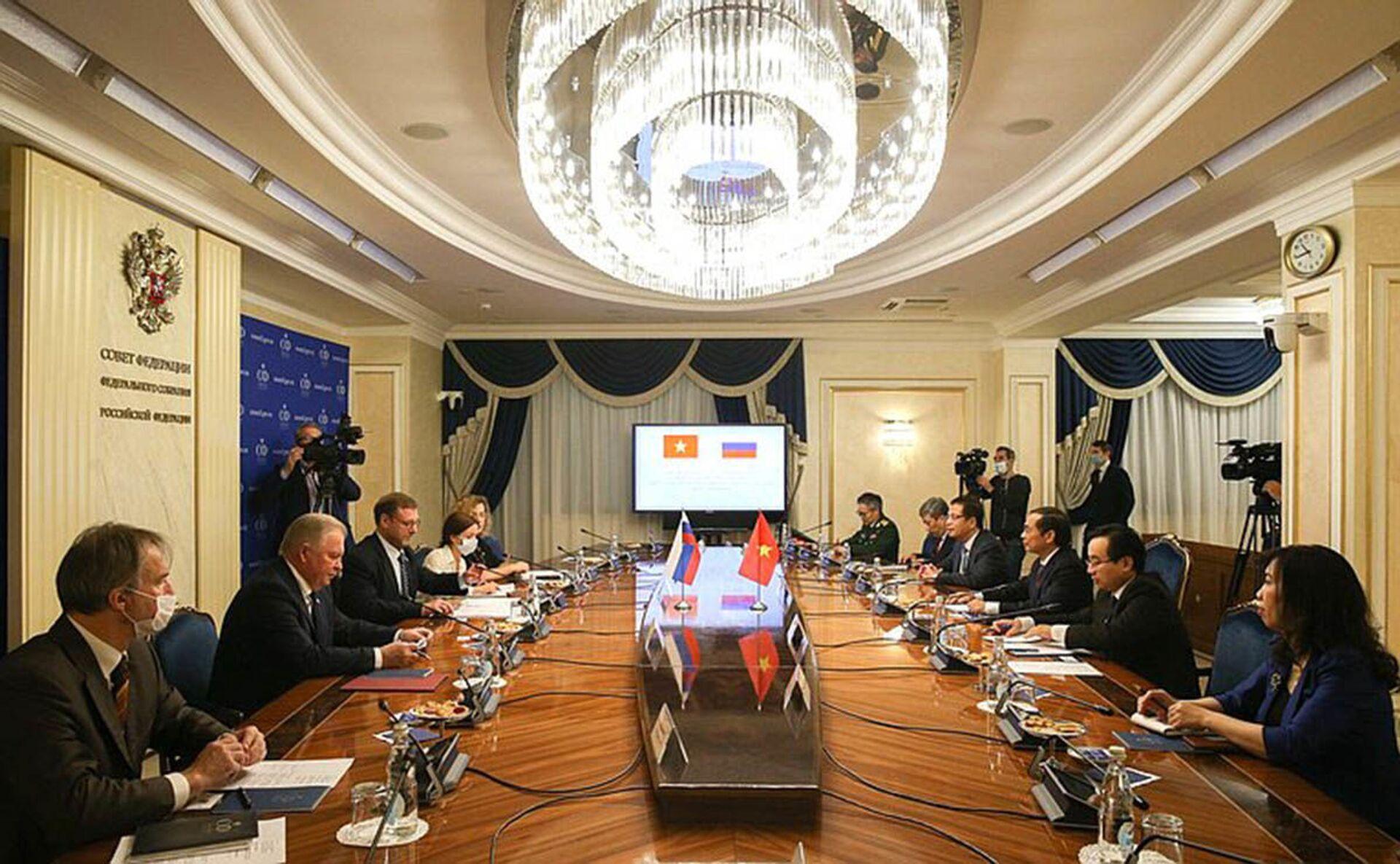 Cuộc gặp giữa Phó Chủ tịch Hội đồng Liên bang (Thương viên Nga) Konstantin Kosachev và Bộ trưởng Bộ Ngoại giao Việt Nam Bùi Thanh Sơn - Sputnik Việt Nam, 1920, 05.10.2021