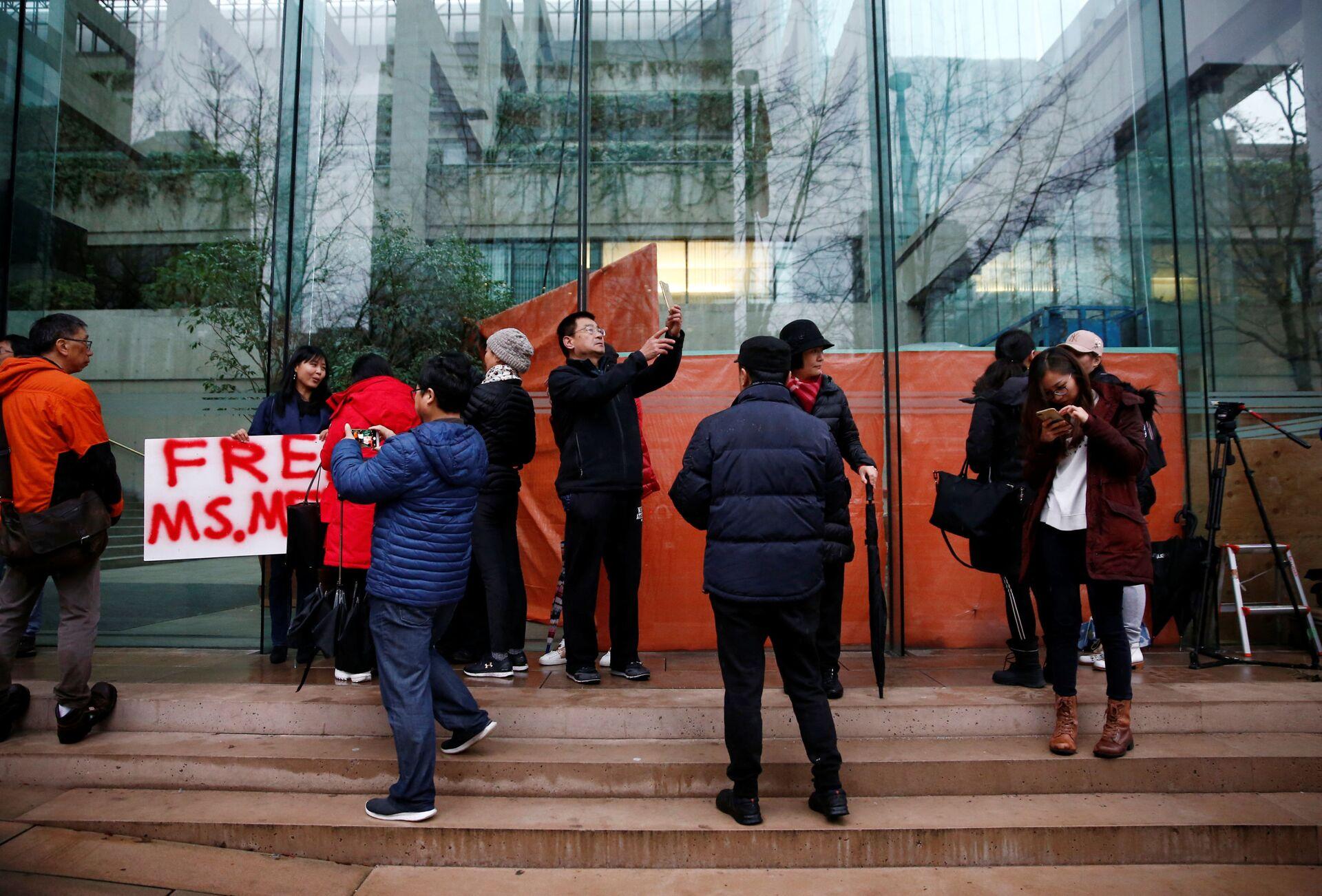Những người bên ngoài tòa án nơi đang diễn ra phiên điều trần về vụ Giám đốc tài chính Huawei Mạnh Vãn Chu, bị giam giữ ở Canada. - Sputnik Việt Nam, 1920, 05.10.2021