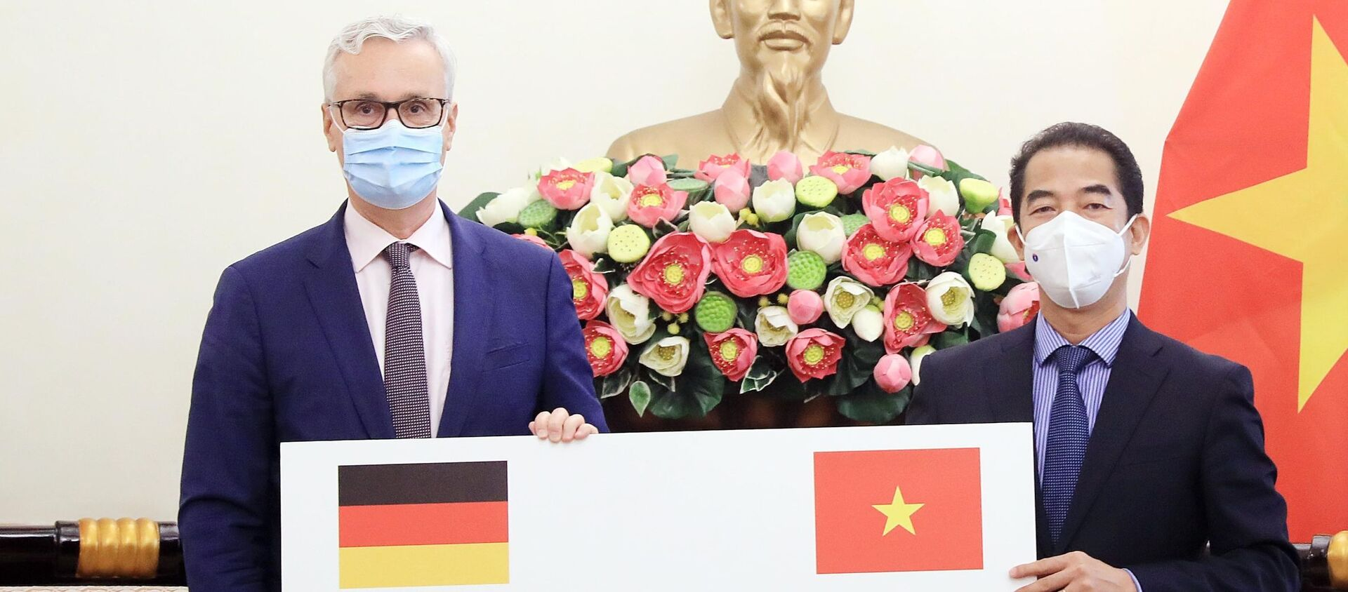 Thứ trưởng Ngoại giao Tô Anh Dũng tiếp nhận tượng trưng 2,6 triệu liều vaccine AstraZeneca từ Đại sứ Đức tại Việt Nam Guido Hildner. - Sputnik Việt Nam, 1920, 28.09.2021