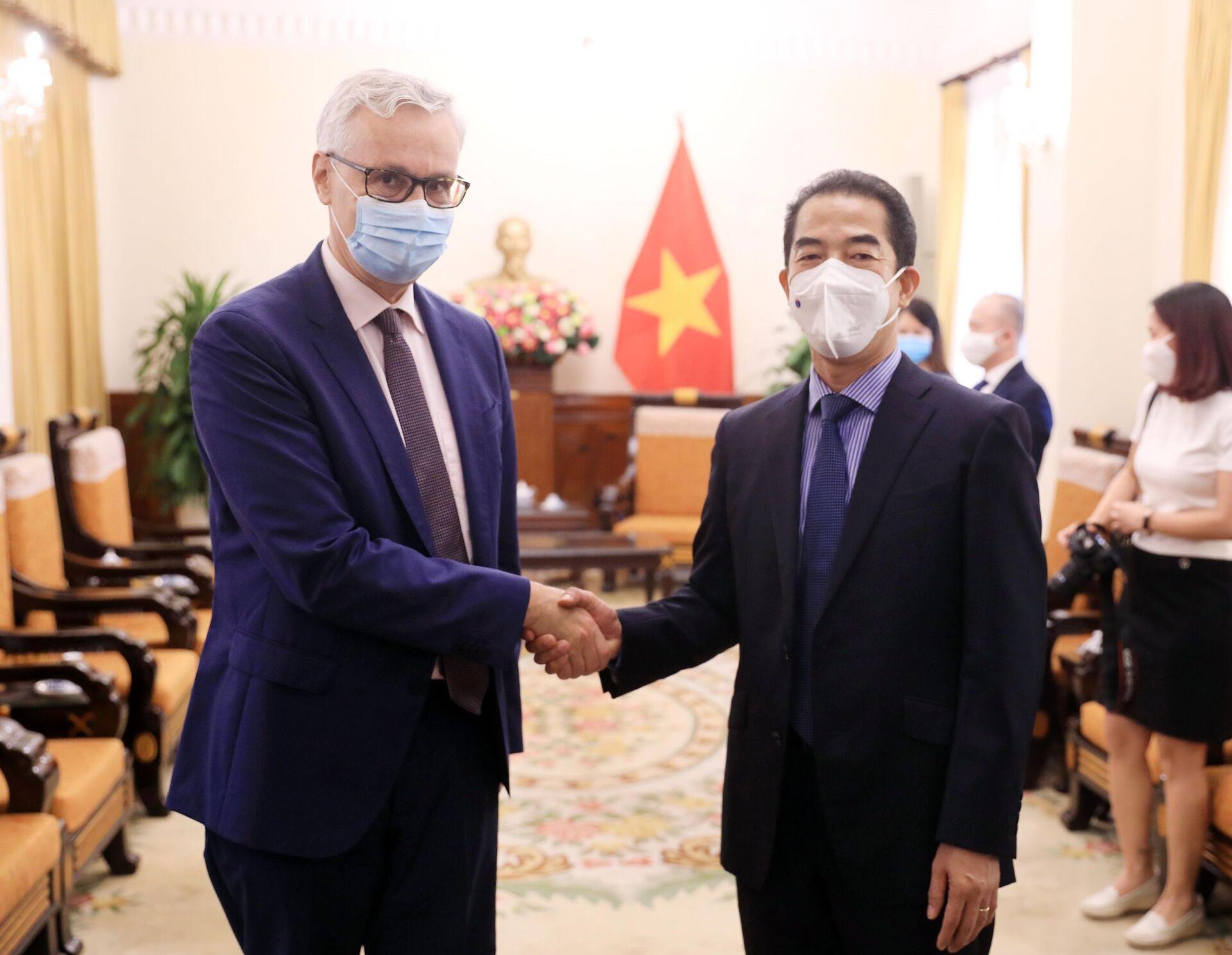 Thứ trưởng Ngoại giao Tô Anh Dũng với Đại sứ Đức tại Việt Nam Guido Hildner dự lễ tiếp nhận. - Sputnik Việt Nam, 1920, 05.10.2021