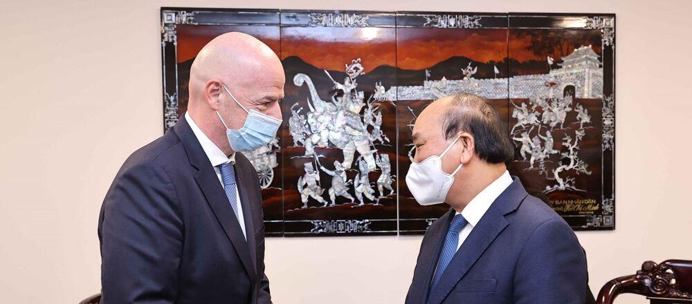 Chủ tịch nước Nguyễn Xuân Phúc tiếp Chủ tịch Liên đoàn Bóng đá Thế giới Gianni Infantino.