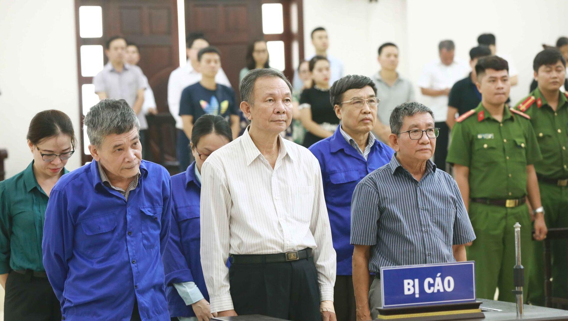 Nguyên Tổng Giám đốc BHXH Việt Nam Nguyễn Huy Ban (áo trắng) tại phiên toà xét xử ngày 25/9/2019. - Sputnik Việt Nam, 1920, 28.09.2021