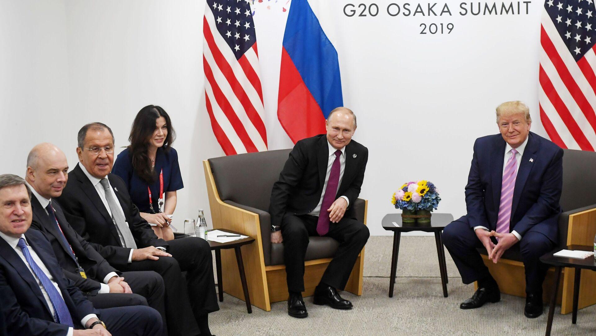 Tổng thống Nga Vladimir Putin và cựu Tổng thống Mỹ Donald Trump trong cuộc gặp bên lề Hội nghị thượng đỉnh G20 ở Osaka - Sputnik Việt Nam, 1920, 29.09.2021