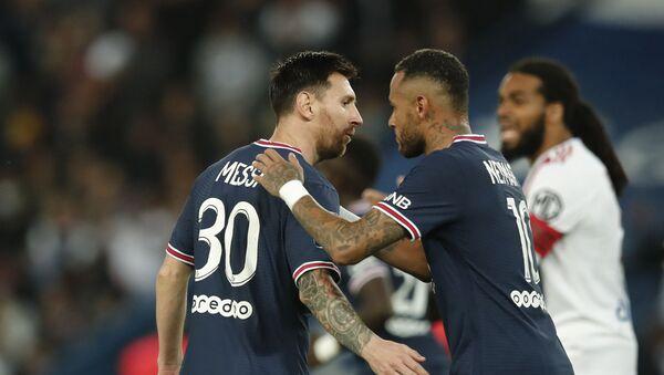 Neymar từ Paris Saint-Germain ăn mừng bàn thắng đầu tiên vào lưới Lionel Messi - Sputnik Việt Nam