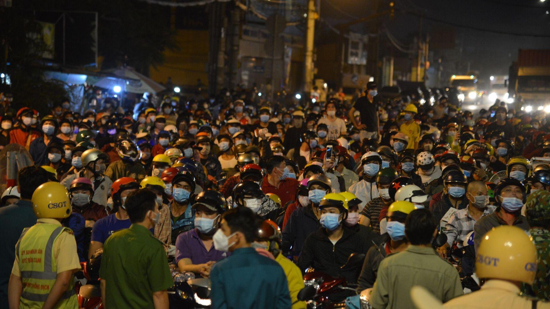 Thành phố Hồ Chí Minh: Hàng nghìn người dân đi xe máy tập trung trên Quốc lộ 1 để về quê trong đêm - Sputnik Việt Nam, 1920, 07.10.2021