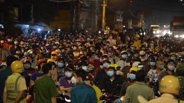 Thành phố Hồ Chí Minh: Hàng nghìn người dân đi xe máy tập trung trên Quốc lộ 1 để về quê trong đêm - Sputnik Việt Nam