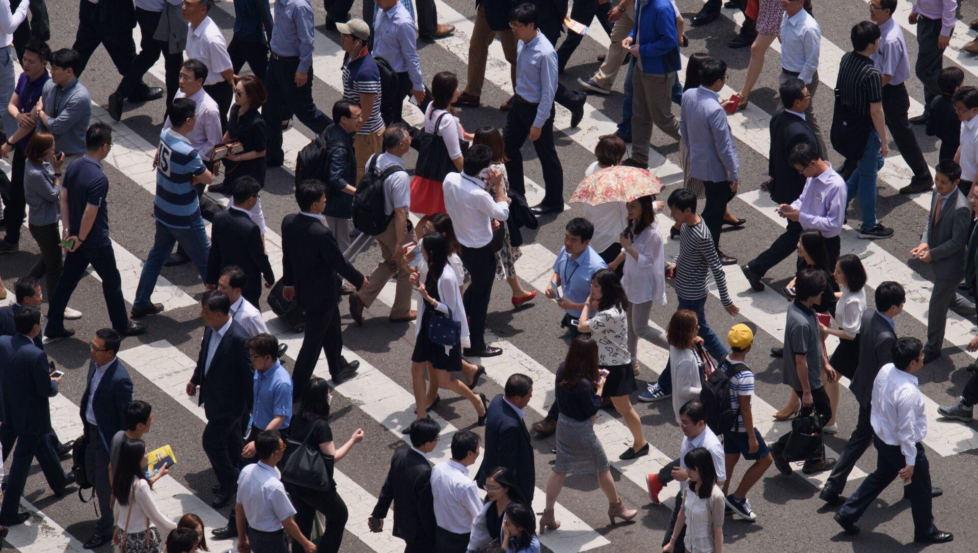 Những người đi bộ xuống phố ở Seoul - Sputnik Việt Nam, 1920, 01.10.2021