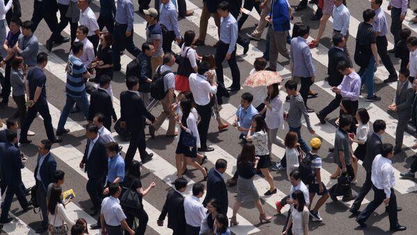 Những người đi bộ xuống phố ở Seoul - Sputnik Việt Nam