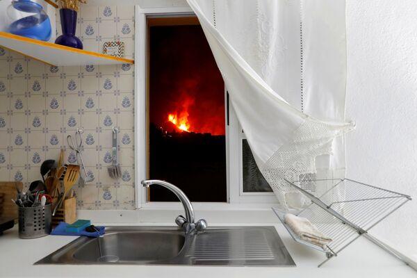 Quang cảnh dòng dung nham nhìn từ cửa sổ nhà bếp trên đảo La Palma thuộc quần đảo Canary, Tây Ban Nha - Sputnik Việt Nam