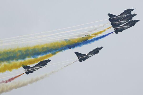 Nhóm thuật lái nhào lộn trên không biểu diễn trong Airshow China ở Chu Hải, Trung Quốc - Sputnik Việt Nam