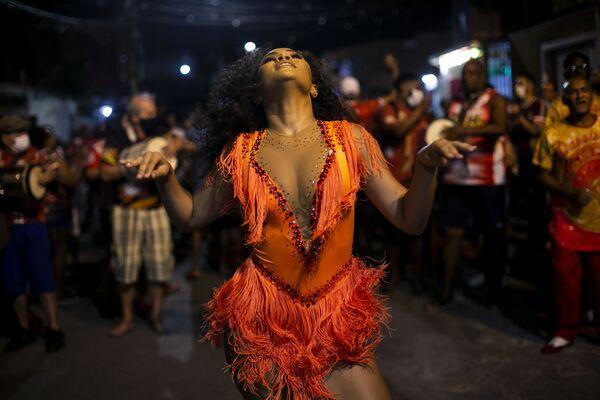 Cô gái nhảy múa trong buổi diễn tập tại trường dạy khiêu vũ samba Unidos de Padre Miguel ở Rio de Janeiro, Brazil - Sputnik Việt Nam