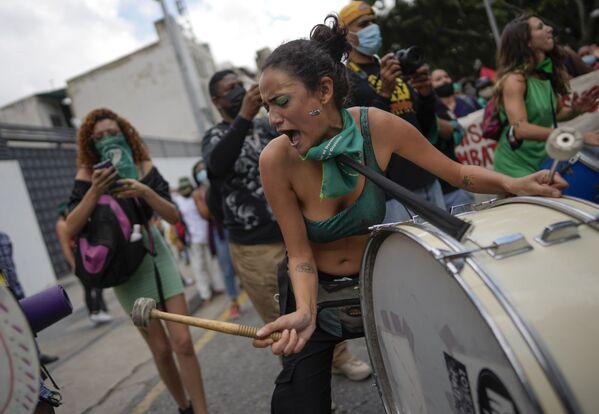 Người phụ nữ đánh trống trong Ngày Thế giới Hành động vì Tiếp cận Phá thai An toàn và Hợp pháp trên quảng trường ở Caracas, Venezuela - Sputnik Việt Nam