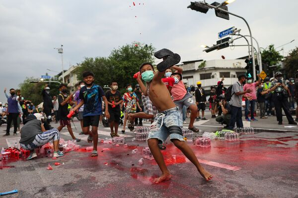 Người biểu tình ném chai sơn đỏ vào cảnh sát trong hoạt động chống Chính phủ ở Bangkok - Sputnik Việt Nam