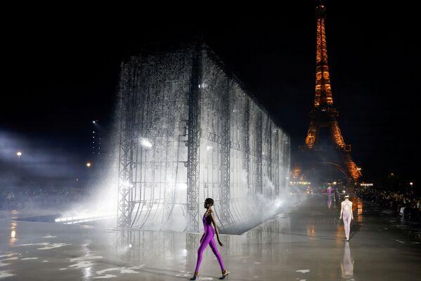 Siêu mẫu trình diễn tác phẩm của nhà thiết kế Anthony Vaccarello trong Tuần lễ thời trang Paris, Pháp - Sputnik Việt Nam