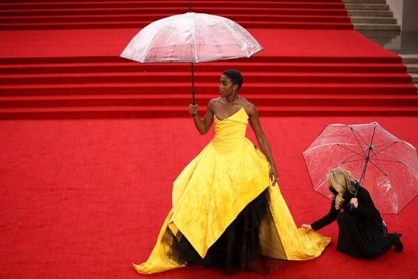 Nữ diễn viên Lashana Lynch tạo dáng chụp ảnh tại lễ ra mắt bộ phim James Bond mới ở London, Vương quốc Anh - Sputnik Việt Nam