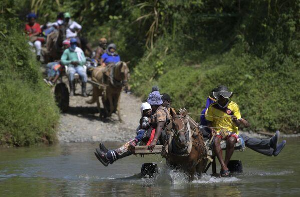 Người di cư Haiti vượt sông ở Acandi, Colombia - Sputnik Việt Nam