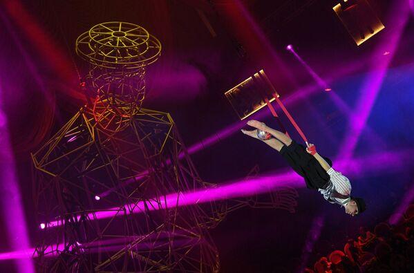 Màn biểu diễn của vận động viên thể dục trên không trong Rạp xiếc Quốc gia Bolshoi, Saint-Peterburg   - Sputnik Việt Nam