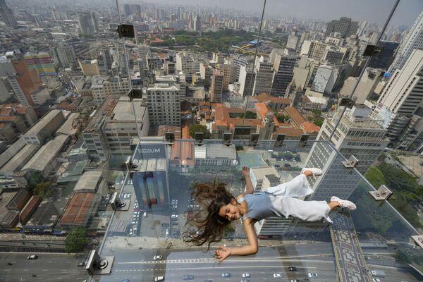 Cô gái nằm trên sàn quan sát bằng kính Sampa Sky trong tòa nhà Mirante do Vale ở Sao Paulo, Brazil - Sputnik Việt Nam
