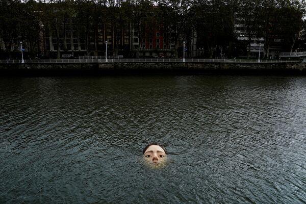 Tác phẩm điêu khắc nhan đề «Bihar» của nghệ sĩ siêu thực người Mexico Ruben Orozco, bị chìm dưới sông Nervion ở Bilbao, Tây Ban Nha - Sputnik Việt Nam