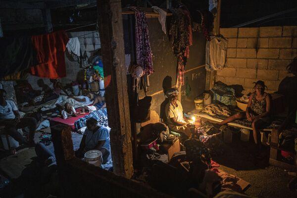 Mọi người sống trong ngôi trường được chuyển thành nơi tạm trú lâu dài, Haiti - Sputnik Việt Nam