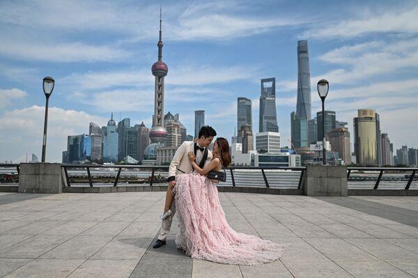 Chụp ảnh cưới tại Bến Thượng Hải trên đường bờ kè sông Hoàng Phố ở Thượng Hải, Trung Quốc  - Sputnik Việt Nam