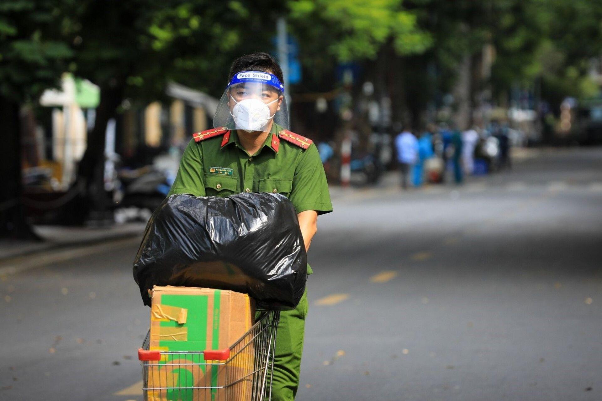 Tất cả đồ nhu yếu phẩm gửi vào bệnh viện Việt Đức đều phải thông qua lực lượng chức năng chuyển vào. - Sputnik Việt Nam, 1920, 05.10.2021