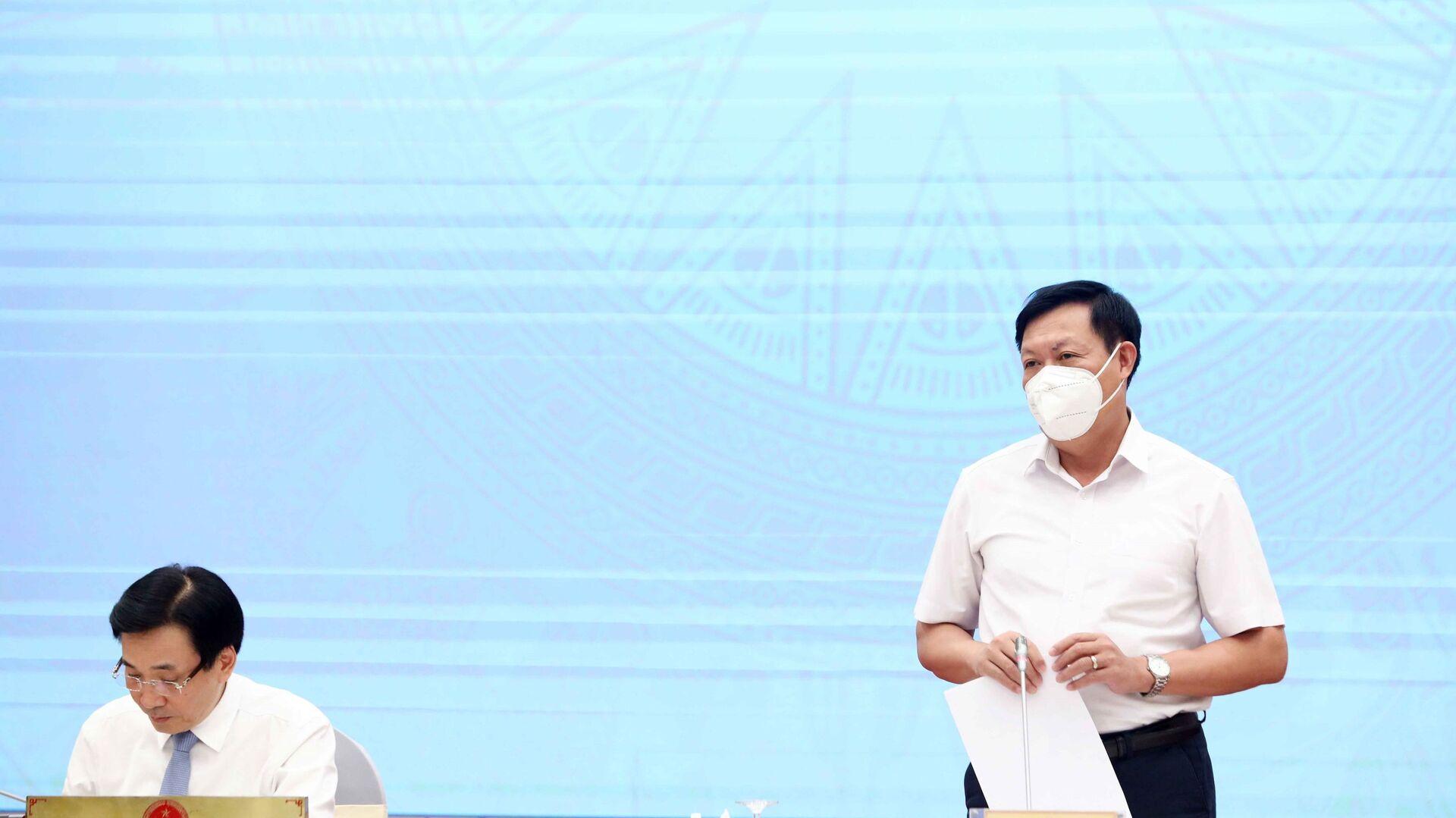 Thứ trưởng Bộ Y tế Đỗ Xuân Tuyên trả lời câu hỏi của các phóng viên cơ quan thông tấn báo chí - Sputnik Việt Nam, 1920, 03.10.2021