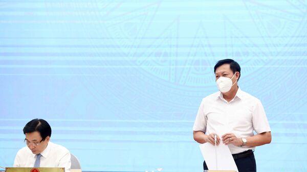 Thứ trưởng Bộ Y tế Đỗ Xuân Tuyên trả lời câu hỏi của các phóng viên cơ quan thông tấn báo chí - Sputnik Việt Nam