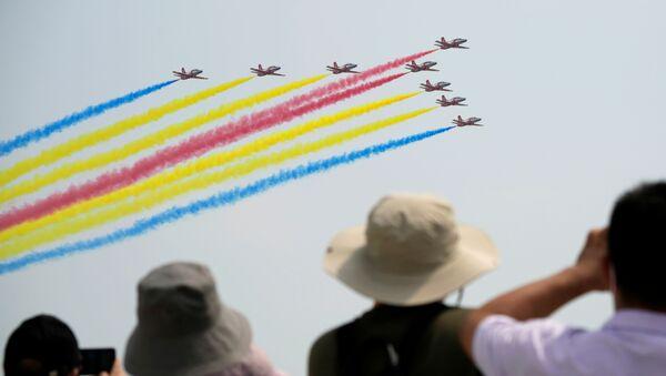 Mọi người xem đội bay Red Falcon của Không quân PLA  trình diễn tại Triển lãm hàng không China Airshow ở Chu Hải, Trung Quốc - Sputnik Việt Nam