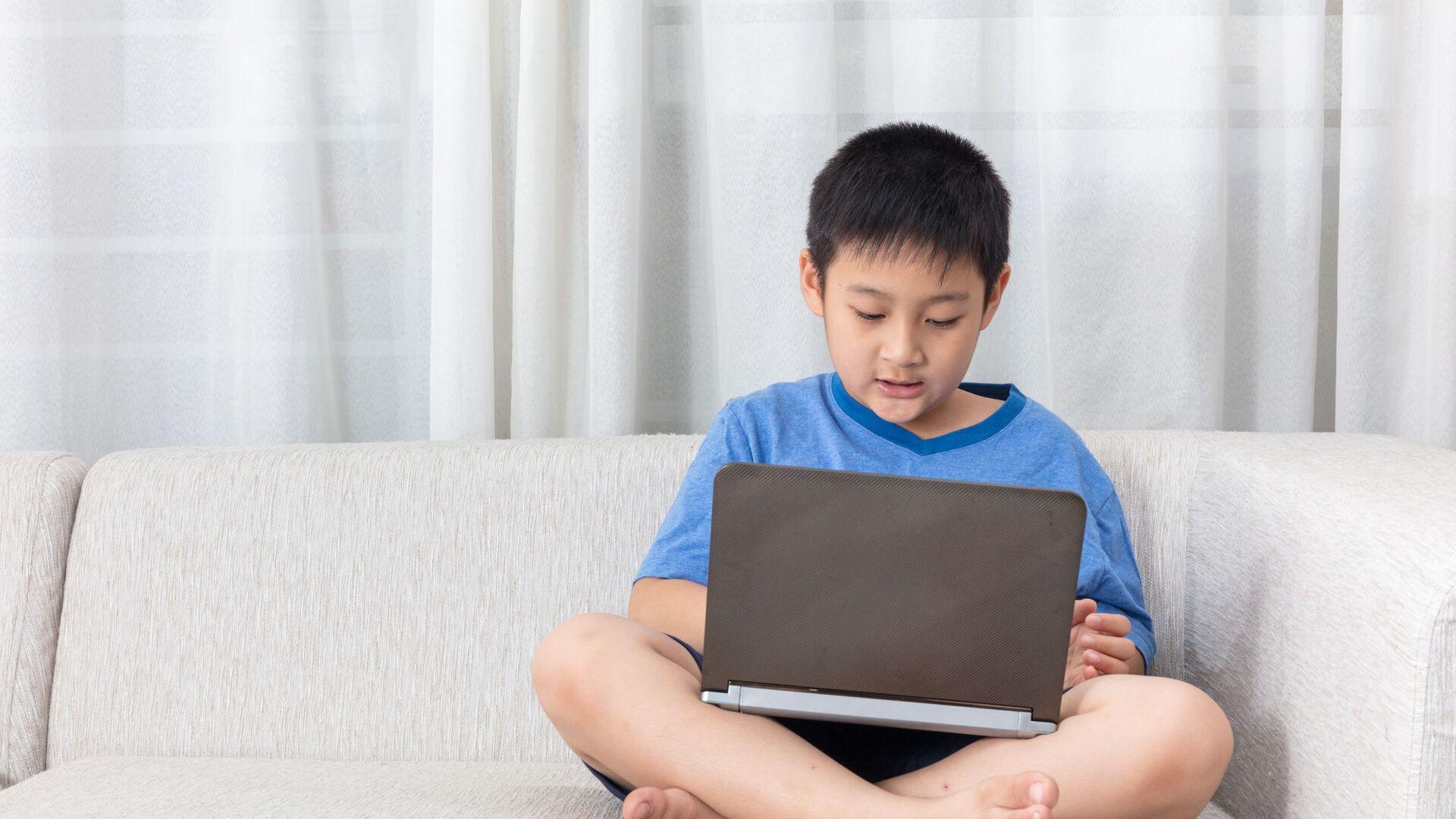 Cậu bé châu Á với máy tính xách tay - Sputnik Việt Nam, 1920, 04.10.2021